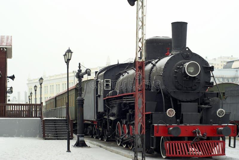 Ångalokomotiv på stationen i vinter royaltyfria bilder