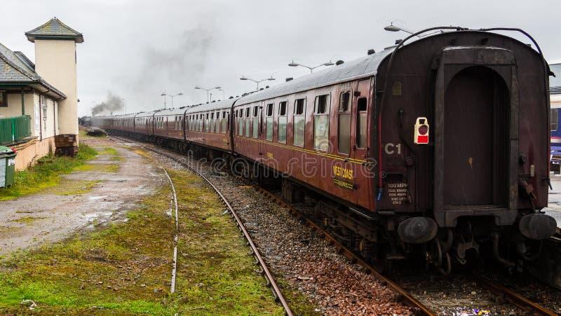 Ångalokomotiv som avgår från station på Mallaig, Skottland royaltyfria foton