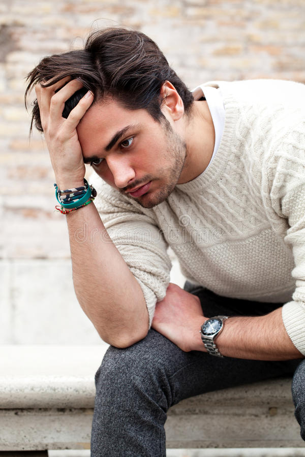 Ångestbegrepp Ung man med problem, förtvivlan royaltyfria foton