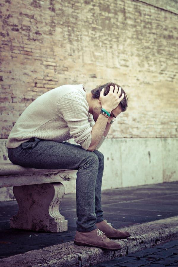 Ångestbegrepp Ung man med problem, förtvivlan arkivfoton