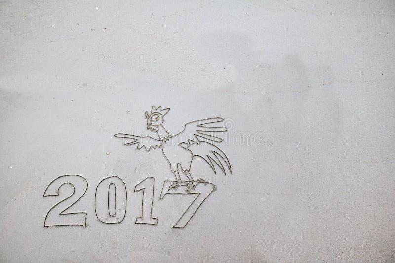 2017 år av tuppen som skriver på sanden royaltyfri illustrationer