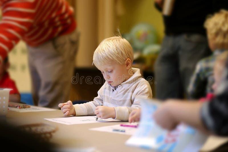 3 år barn som färgar Art Project i pre--K söndagsskola arkivfoton