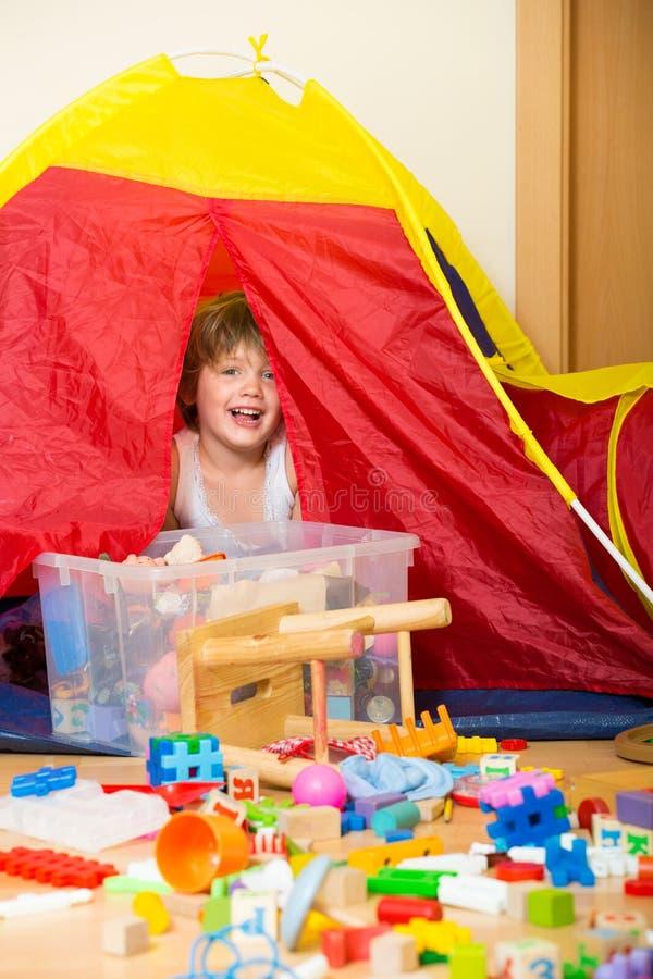 4 år barn som spelar med leksaker royaltyfria foton