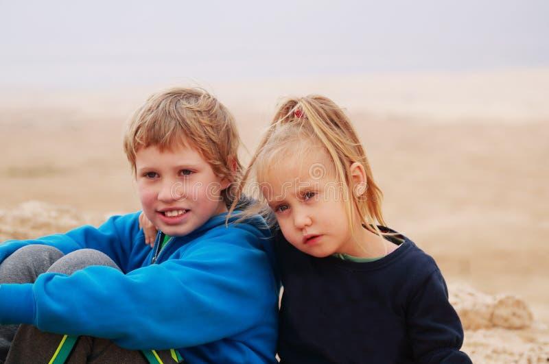 5 år flicka med hennes autistiska 8 år gammal broder royaltyfria foton