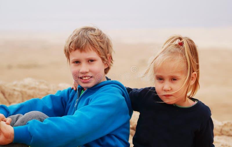 5 år flicka med hennes autistiska 8 år gammal broder arkivbild