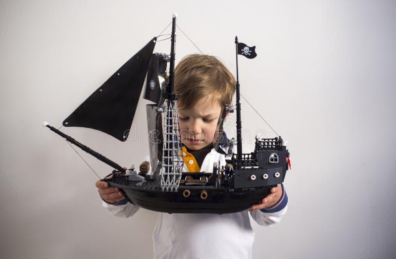 3 år hans pojkeobservation piratkopierar leksakskeppet arkivbilder