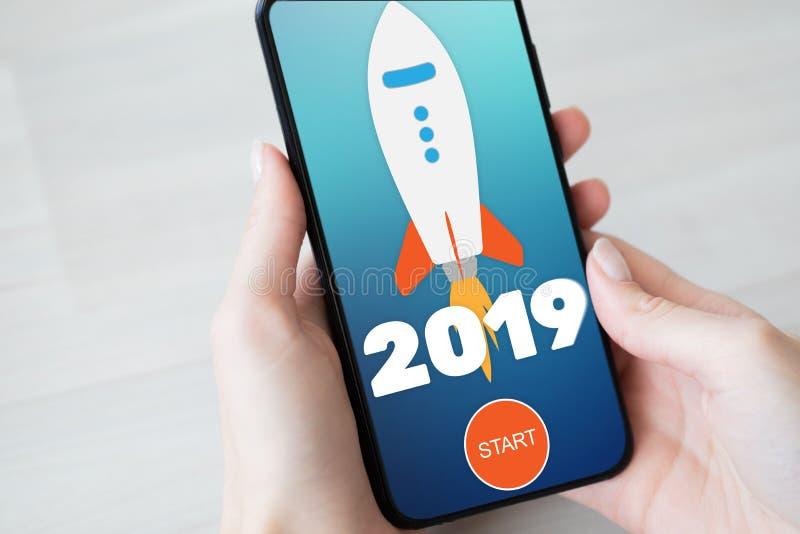 2019 år raketstartknapp på mobiltelefonskärmen äganderätt för home tangent för affärsidé som guld- ner skyen till arkivbild