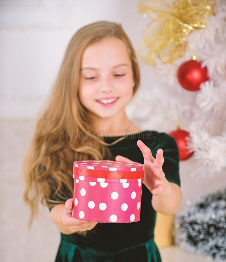 Årets favoritdag Dags att öppna julklappar Begreppet merry christmas Drömmar blir sanna Bäst för våra barn royaltyfri bild