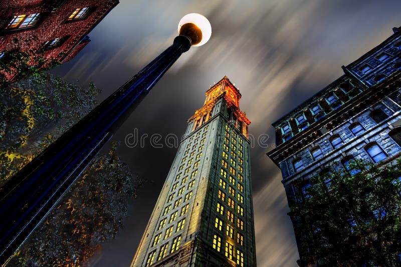 Århundrade för torn för beställnings- hus 17th, på skymning med himmel- och lampstolpen arkivfoton
