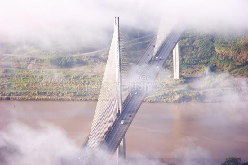 Århundradebro till och med molnen royaltyfri fotografi