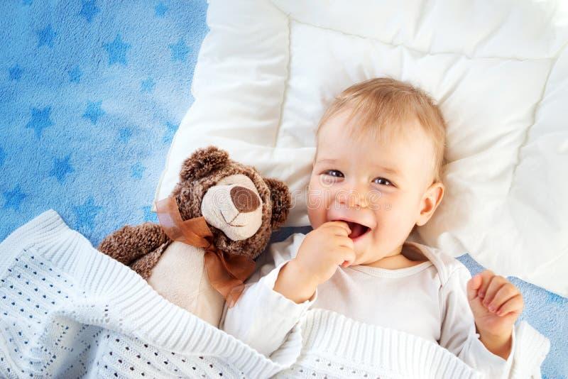 Årig en behandla som ett barn med en nallebjörn royaltyfria foton