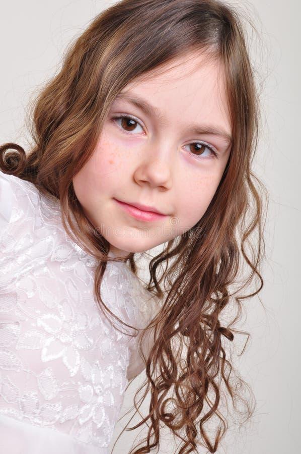 Årig flicka nätta 8 i den vita klänningen royaltyfri fotografi