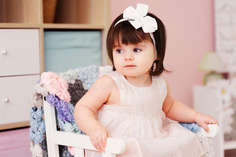 Årig gullig lycklig 1 behandla som ett barn flickan som spelar med hemmastadda träleksaker fotografering för bildbyråer