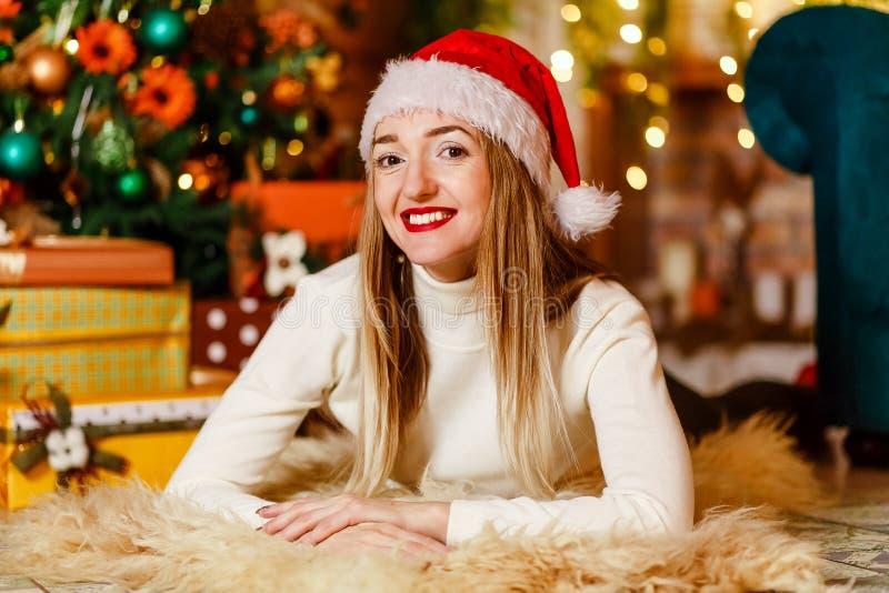 Årig härlig Caucasian kvinna trettio med rött le för kanter royaltyfria bilder