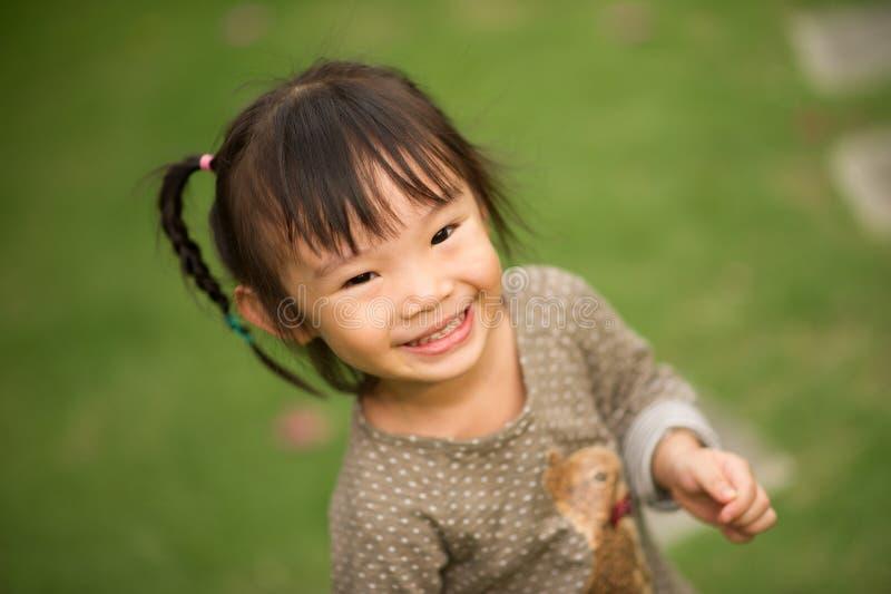årig kinesisk asiatisk flicka 5 i trädgårds- le arkivfoton