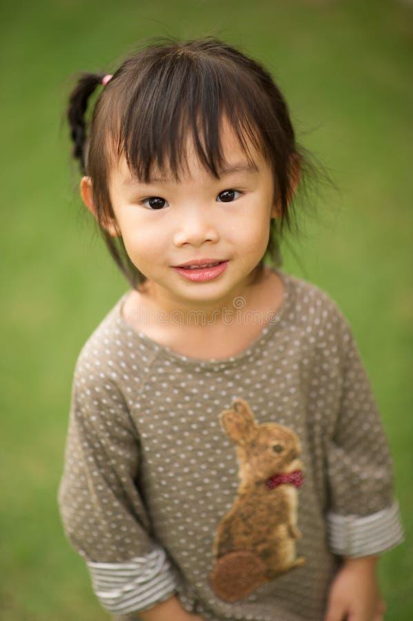 årig kinesisk asiatisk flicka 5 i trädgårds- le royaltyfria bilder