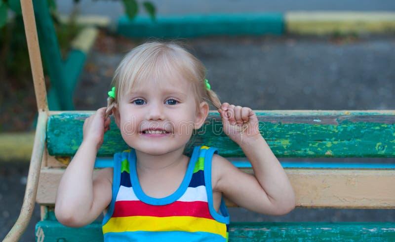 Årig liten europeisk blond flicka som lyckliga tre ler och rymmer sig för råttsvansar royaltyfri bild