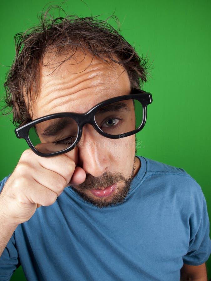 Årig man trettio med exponeringsglas som 3d håller ögonen på en ledsen film arkivfoto
