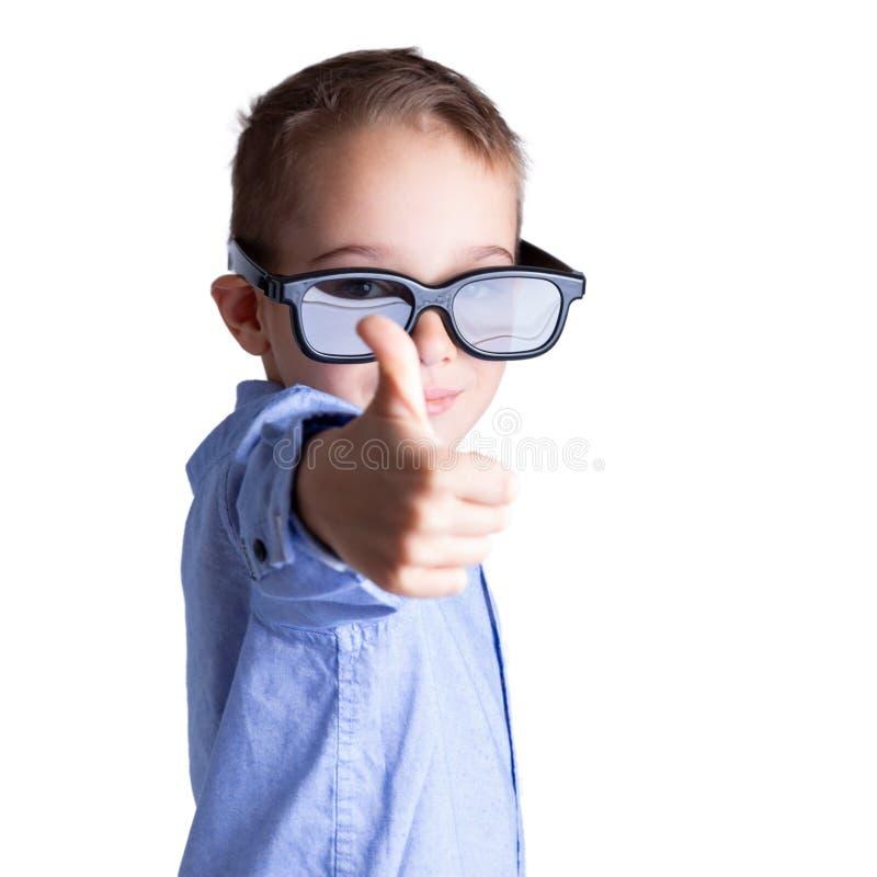 5-6 årig smart pys med stora ögonexponeringsglas som visar upp tummar Utbildning och framg?ngbegrepp royaltyfria foton