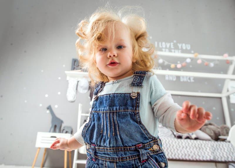 1 åriga liten flicka som hemma spelar arkivbild