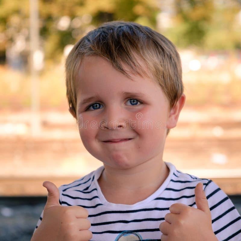4 åriga pojketummar upp royaltyfri foto