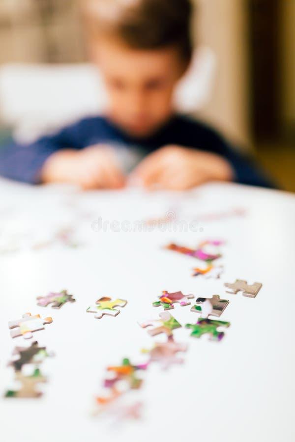 årigt barn som 2 löser pusslet royaltyfri fotografi