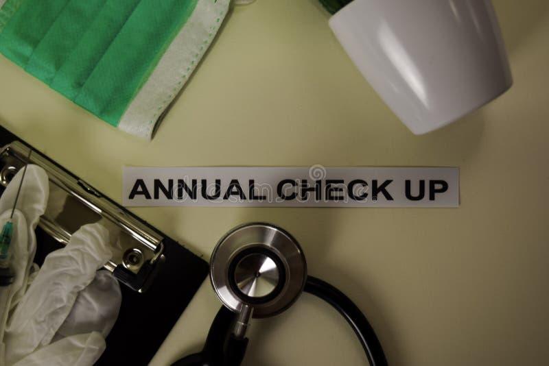 Årlig kontroll upp med inspiration och sjukvård/medicinskt begrepp på skrivbordbakgrund royaltyfri bild