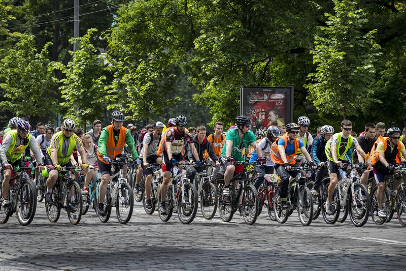Årlig vårstad som cyklar ferie och cyklar till och med gatorna av staden royaltyfri bild