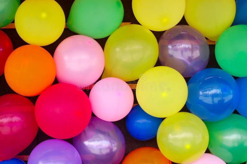 Årsdag för modell för överraskning för ballongbakgrundsgarnering flerfärgad royaltyfri bild