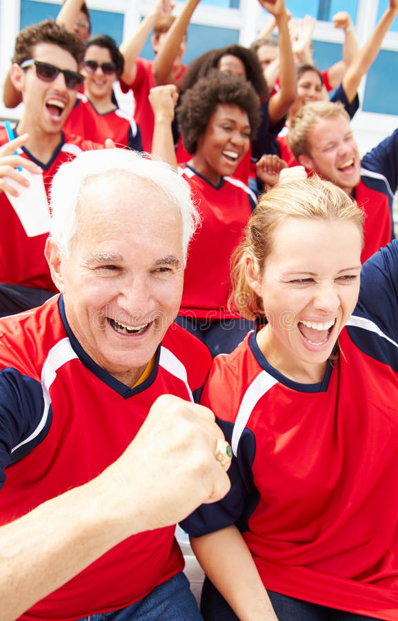 Åskådare i Team Colors Watching Sports Event royaltyfri bild
