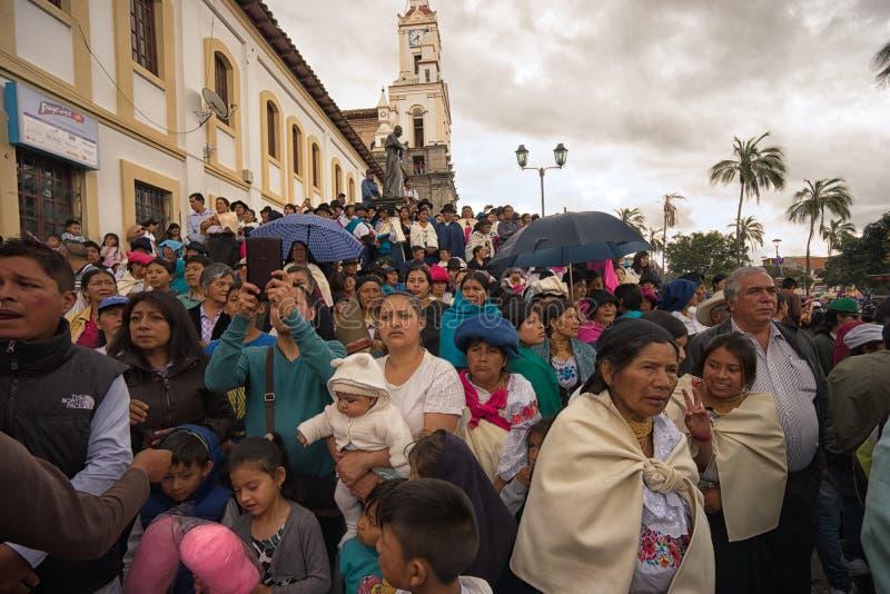 Åskådare som håller ögonen på den årliga påskprocessionen arkivfoto