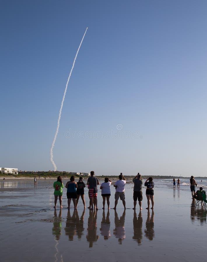 Åskådare som håller ögonen på kartbok V att lansera, Cape Canaveral, Florida fotografering för bildbyråer