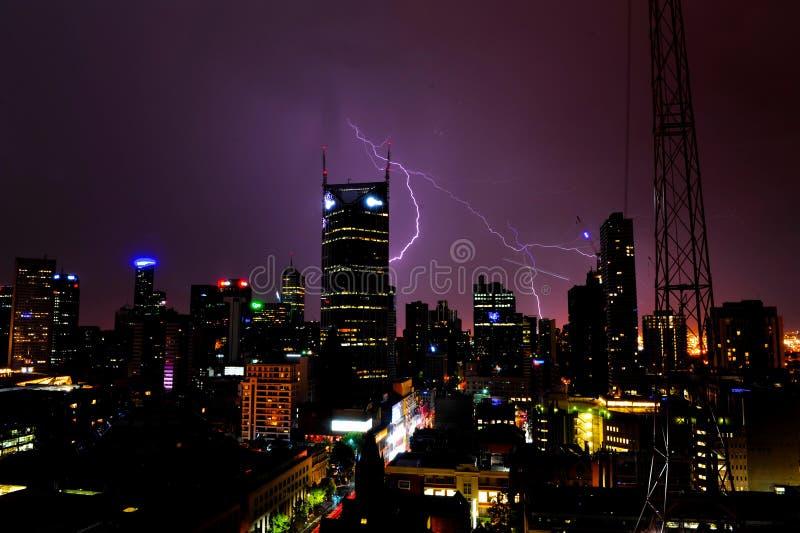 Åska i modern stad fotografering för bildbyråer