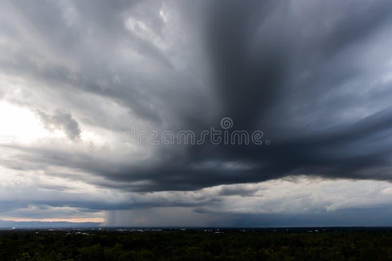 åska moln för stormhimmelregn och dyster himmel i svartvitt arkivbilder