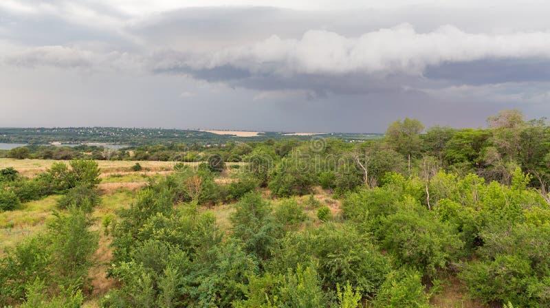Åskahimmel över den Khortytsia ön, Ukraina arkivbilder