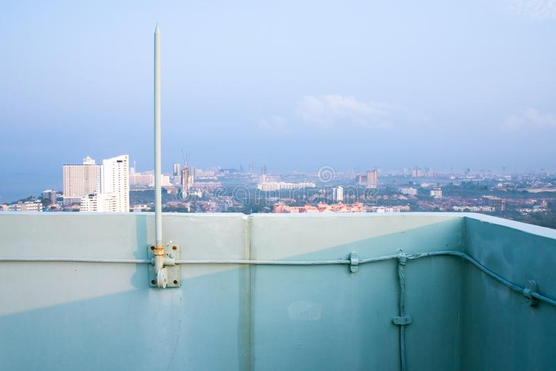 Åskledare på byggnad med blå himmel arkivfoto