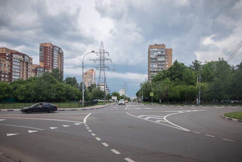 Åskmoln över staden arkivfoton
