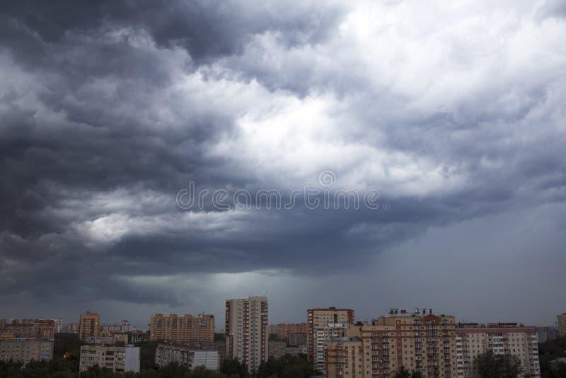Åskmoln i himlen över staden royaltyfri fotografi