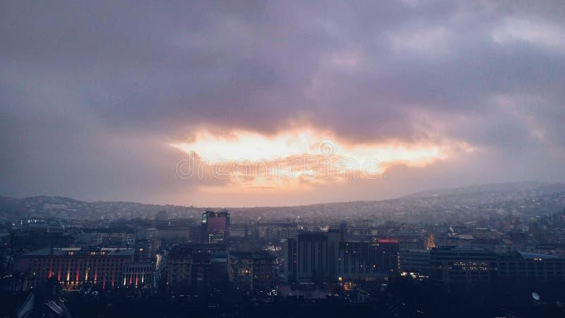 ?skmoln ovanf?r den Budapest staden med soliga str?lar royaltyfria foton