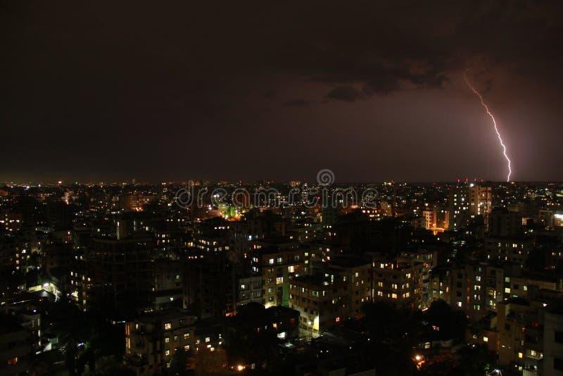 Åskväder & blixt på Dhaka arkivbild