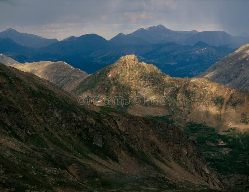 Åskväder i den massiva vildmarken för montering, från toppmötepf-maximumet 13500, Colorado royaltyfri fotografi