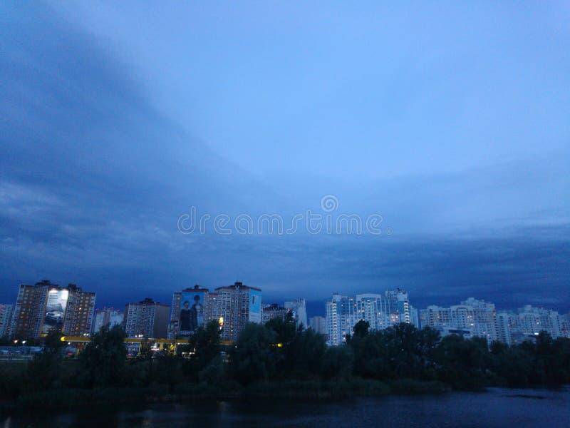 åskväder molnig afton, stormigt väder fotografering för bildbyråer