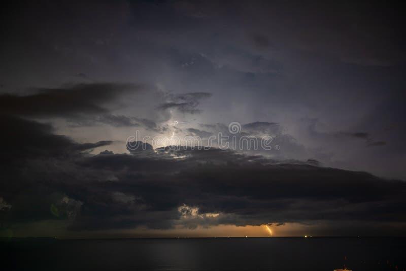 Åskvädret över havet, blixt slår vattnet fotografering för bildbyråer