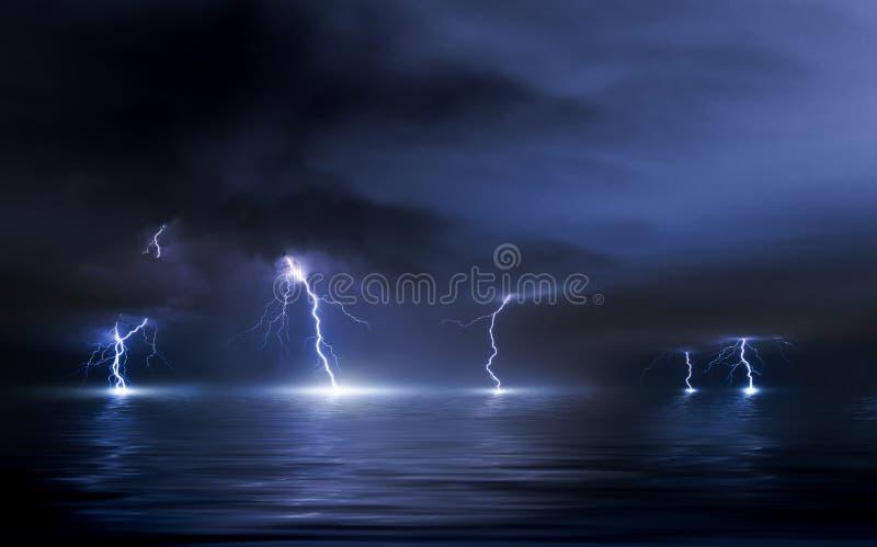 Åskvädret över havet, blixt slår vattnet royaltyfria bilder