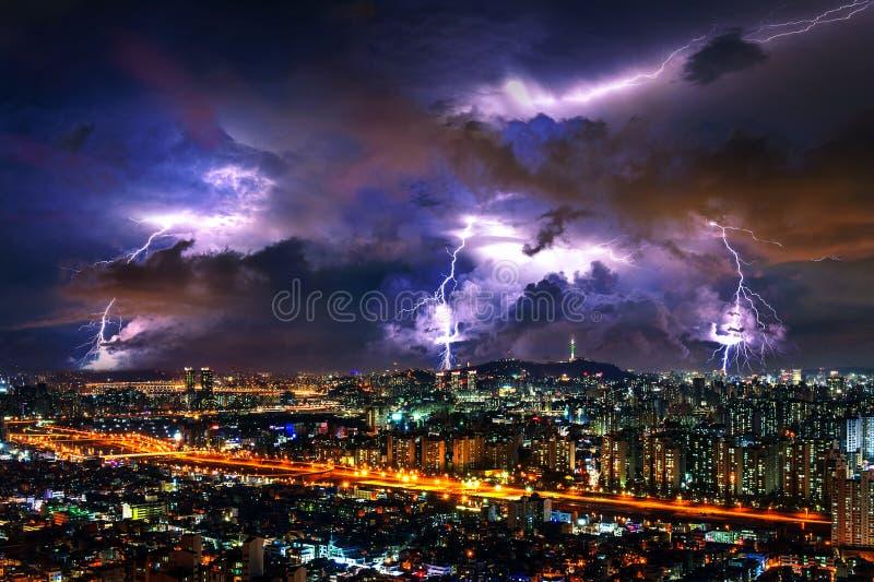 Åskvädret fördunklar med blixt på natten i Seoul, Sydkorea royaltyfri bild