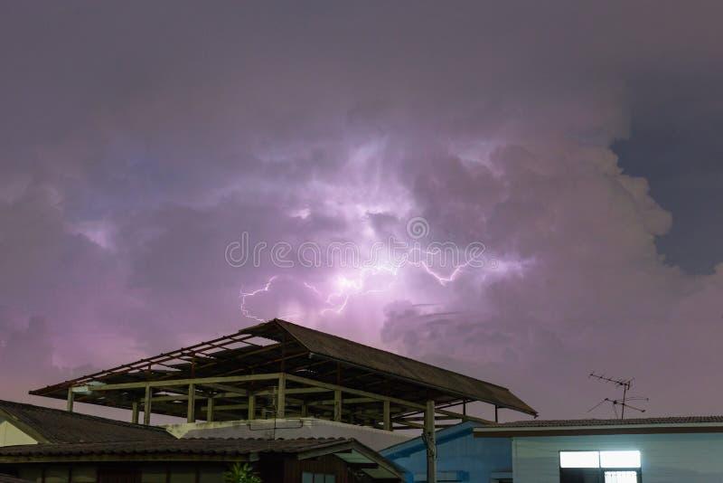 Åskvigg över huset och mörk stormig himmel på bakgrunden arkivfoto