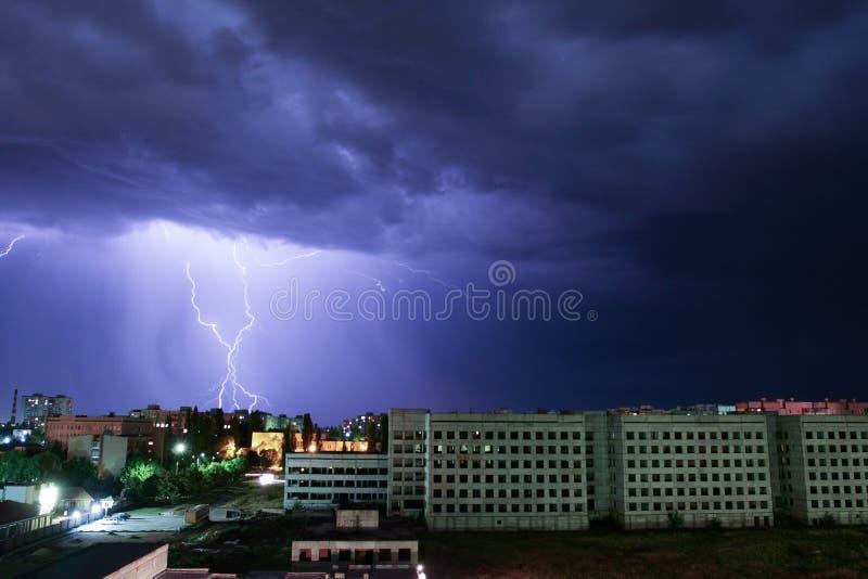Åskvigg över huset Storm utanför Åskväder med blixt i staden royaltyfri fotografi