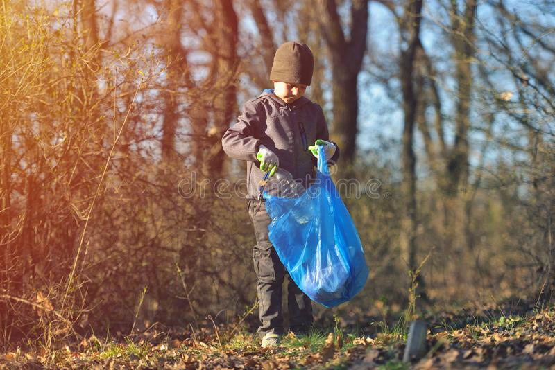 Återanvänd förlorad kull rackar ner på utbildning för rengöring för avskrädeavfallskräp Naturlokalvård, begrepp för volontärekolo royaltyfri foto
