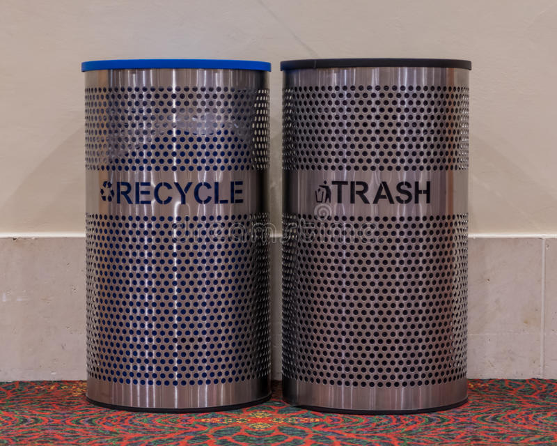 Återanvänd och avfallfack royaltyfri bild