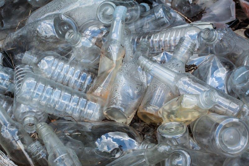 Återanvänd plast- flaskhögnedgrävning av sopor royaltyfri fotografi